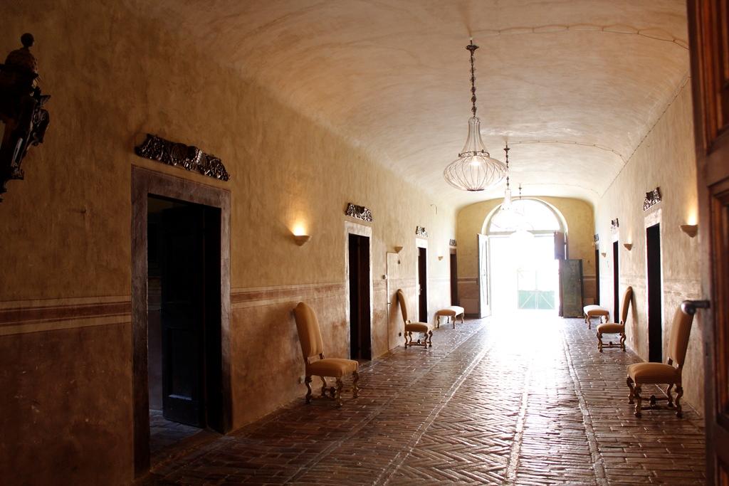 Pavimenti in cotto nel grande corridoio al piano terra della Villa