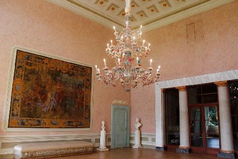 Il grande salone al primo piano della Villa