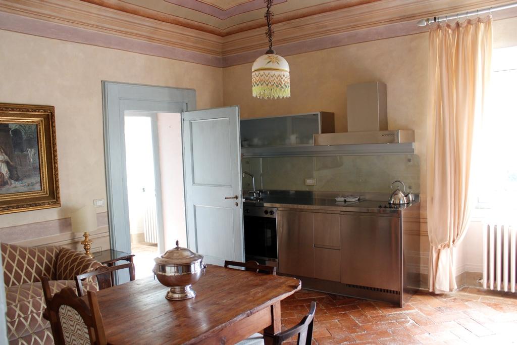 La cucina accessoriata degli appartamenti di Villa Centofinestre