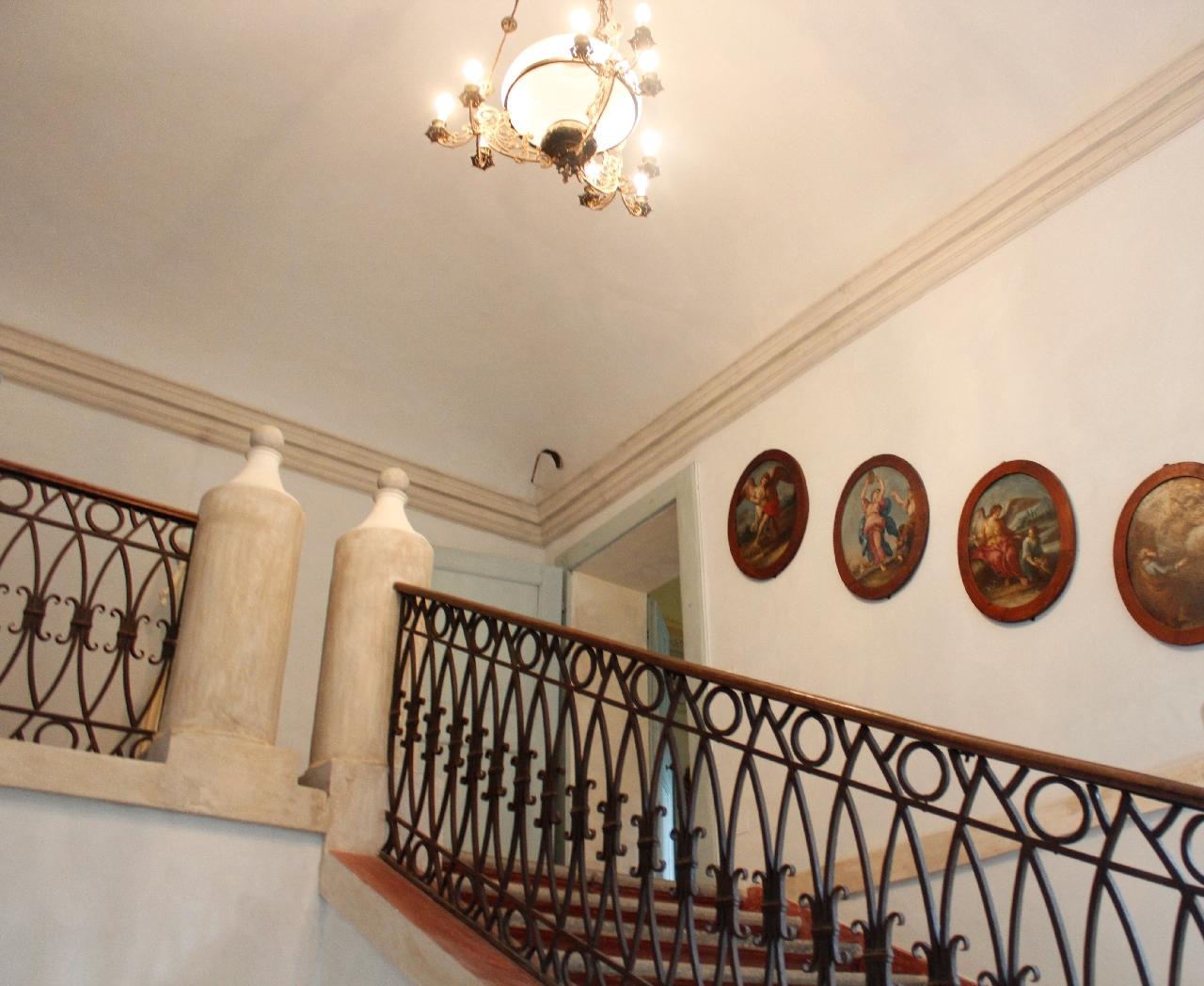 Le scale che conducono agli appartamenti nella dimora d'epoca