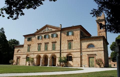 La facciata di Villa Centofinestre lascia senza fiato varcato il cancello d'ingresso