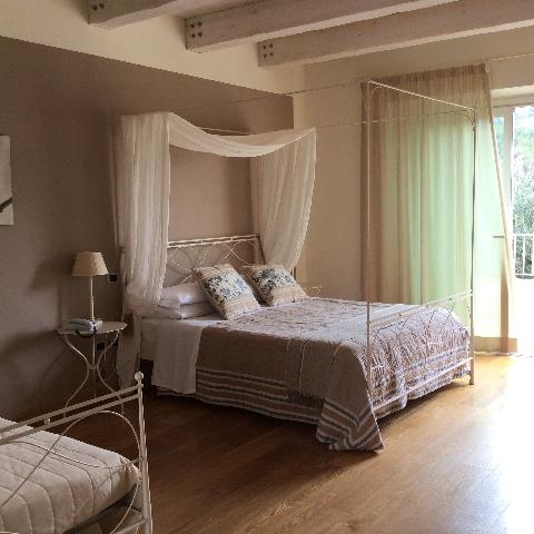 Una delle suite con letto a baldacchino, Hotel Giardino, Numana