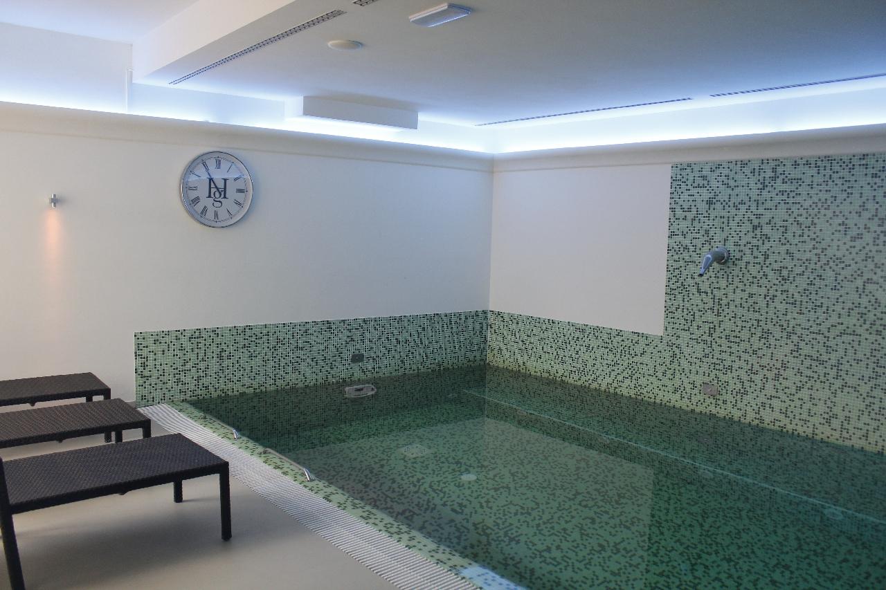 La piscina nella SPA, per rilassarsi dopo una giornata alla scoperta delle Marche