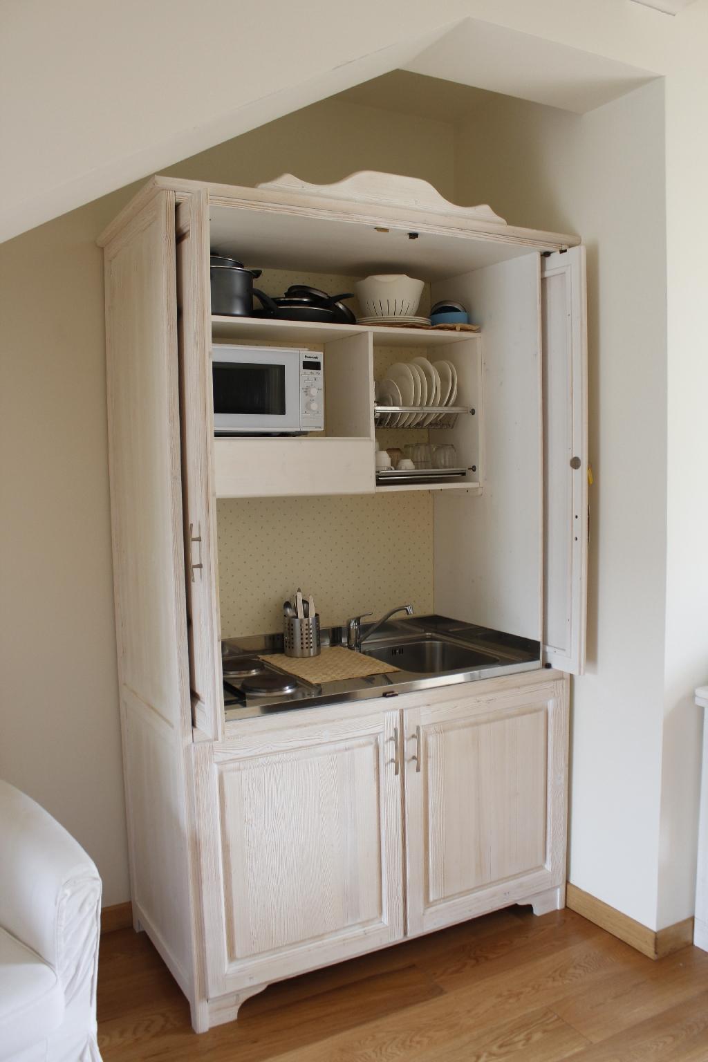 Una kitchenette completa e funzionale negli appartamenti dell' Hotel Giardino